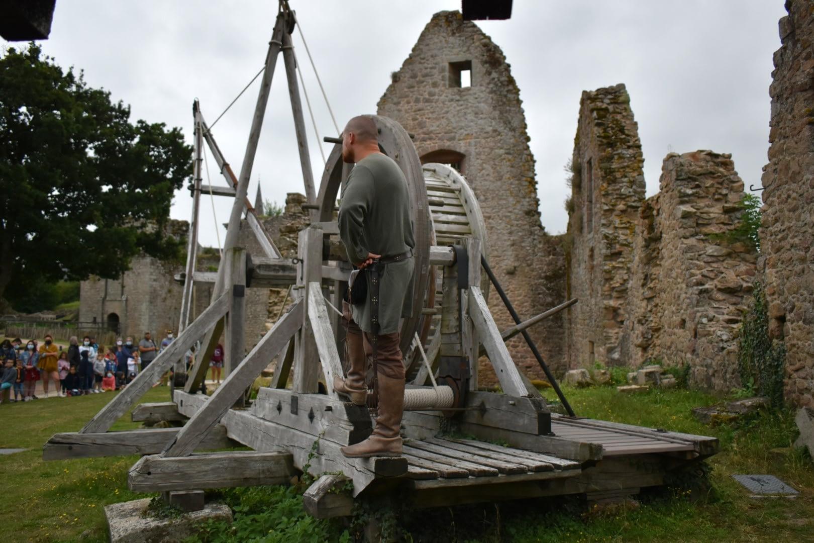 Medieval crane at the Château de Tiffauges